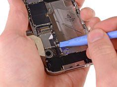 5. Brug et plaståbningsværktøj til at lirke GSM-antennekabelet op fra sokkelen på hovedkortet.