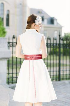 noni 2014 lilo- hochzeitskleid mit kleinem stehkragen und breitem gürtel mit kleiner schleife hinten (Foto: Le Hai Linh) (http://www.noni-mode.de)