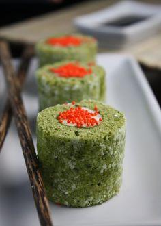 Matcha cake rolls that look like sushi Dessert Sushi, Sushi Cake, Sushi Party, Dessert Blog, Sushi Cupcakes, Sushi Lunch, Matcha Dessert, Sweet Cupcakes, Mini Desserts