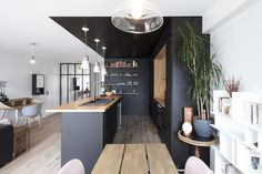 〚 Stunning black kitchen makes the interior in Paris 〛 ◾ Photos ◾Ideas◾ Design Apartment Kitchen, Kitchen Interior, Kitchen Decor, Parisian Apartment, Sweet Home, Industrial Style Kitchen, Black Kitchens, Small Living, Kitchen Remodel