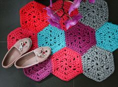 How to make a t-shirt yarn hexagon crochet rug with video tutorial. Learn how to crochet hexagon shapes and join them to make a small mat.