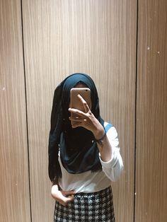 New photography fashion mirror ideas Casual Hijab Outfit, Hijab Chic, Ootd Hijab, Stylish Girls Photos, Stylish Girl Pic, Cute Girl Poses, Girl Photo Poses, Hijabi Girl, Girl Hijab