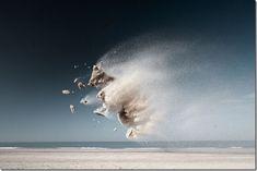 Claire Droppert . Sa série de photos nommée « Gravity – Sand Creatures » met en scène des particules de sables soulevées par le vent et figées dans les airs grâce à la photographie.