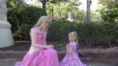 Встреча с принцессой Аврора из мультика Спящая Красавица в парке Уолт Ди...
