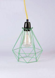 Original lámpara de techo en color verde mentol con cable amarillo.
