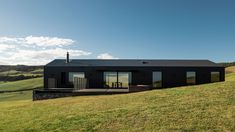 Exploring new forms in Australian vernacular architecture, with the Escarpment House by Atelier Andy Carson in Gerringong, NSW. Modern Barn House, Timber House, Vernacular Architecture, Australian Architecture, Australian Sheds, Australian Beach, Farm Shed, Tin Shed, Agricultural Buildings