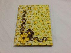 Caderno forrado em tecido 100% algodão, recortes de madeira e flores de fuxico!!!!!