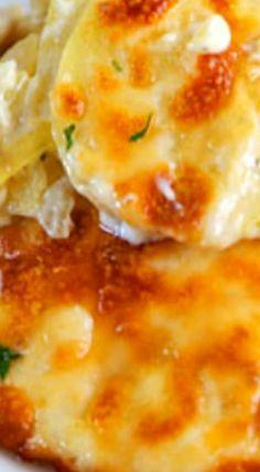 Cheesy Scalloped Potatoes - THE BEST potatoes EVER! Potatoes, heavy cream, garlic, parsley, and mozzarella cheese. Scalloped Potatoes Au Gratin, Homemade Scalloped Potatoes, Potato Dishes, Vegetable Dishes, Potato Recipes, Potato Soup, Vegetable Recipes, Cream Cheese Homemade, Yam Or Sweet Potato