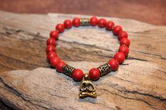 Bracelet le ''Salutation''  Bracelet fait de pierres semi-précieuses turquoise rouge avec insertion de couleur or antique et le signe du Namaste.