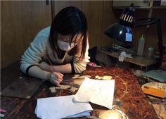 16-11-09 集成材拭き漆〜風神雷神図〜 (坂根龍我 作品 紹介№299 )  まだやっているのか。とのご指摘のむきもございましょうが・・まだやっているのです。笑(^^; 今日も今日とて、日曜日も関係なく我が工房は稼働しております。 さて、セーターの時期に始めた風神雷神図、セーターの季節にいよいよ終盤となります。 本日は風神雷神の着物に図柄を入れる作業。