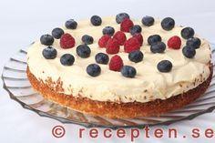 Tårtan dekorerad med bär Tiramisu, Mousse, Smoothies, Cheesecake, Ethnic Recipes, Desserts, Food, Milkshakes, Mat