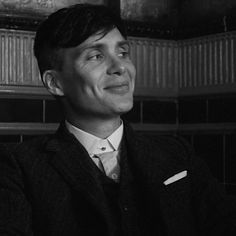 Cillian murphy in peaky blinders series Peaky Blinders Poster, Peaky Blinders Wallpaper, Peaky Blinders Series, Peaky Blinders Quotes, Peaky Blinders Season, Peaky Blinders Tommy Shelby, Peaky Blinders Thomas, Cillian Murphy Peaky Blinders, Movies And Series