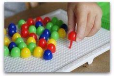 """Chiodini di plastica con cui formare disegni sulla griglietta bianca. Uno dei miei primi giocattoli """"educativi"""" :)"""
