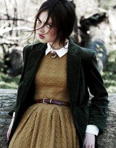 outfit strickkleid hellbraun taupe blazer brosche kragen gürtel