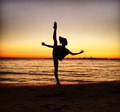 Beach, dance, and summer image Dance Picture Poses, Dance Photo Shoot, Dance Poses, Dance Pictures, Yoga Pictures, Flexibility Dance, Gymnastics Flexibility, Gymnastics Workout, Dance Photography Poses