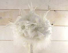 Bouquet de mariage / Bouquet de mariée avec broches cristal, blanc fleurs en tissu, autruche & marabout plumes / broche Bouquet / Bouquet rétro
