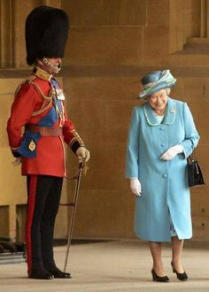 Queen Elizabeth II gets a fit of the giggles as she walks past her husband Prince Philip, the Duke of Edinburgh who is standing to attention in his uniform and bearskin hat at Buckingham Palace in (Photo by Anwar Hussein/Getty Images) I Smile, Make Me Smile, Prinz Philip, Die Queen, Queen Queen, Isabel Ii, Chris Young, Gary Oldman, Princesa Diana