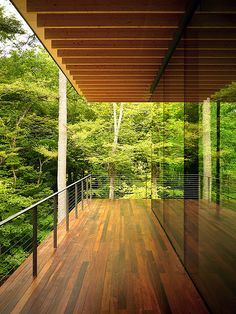 Wooden house in forest with beautiful glass architecture, carrying natural theme surroundings that put in stylish modern house building, house is almost entirely made up wood and glass Architecture Résidentielle, Japanese Architecture, Modern Glass House, Wooden House Design, Wood Design, Modern Deck, Modern Railing, Modern Balcony, Kengo Kuma