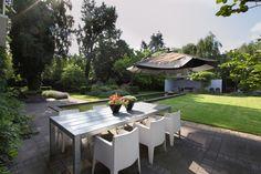 Grote groene #tuin met een grote strakke #vijver #hovenier #tuinen #tuininspiratie #vijvertuin