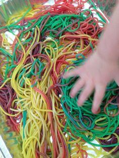 Spaghetti arcobaleno spaghetti naturalmente, coloranti alimentari e sacchetti a chiusura ermetica. Una volta cotti gli spaghetti mettete la quantità che volete in un sacchetto versateci il colorante che avete scelto e agitate energicamente . Ripetete l'operazione per tutti i colori, metteteli su un piatto e lasciate che assorbano bene il colore per qualche minuto.