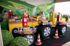 Talis é apaixonado por caminhões e o tema do seu aniversário de 4 anos não poderia ter sido outro!   Nós da Splash Party aceitamos a delicio...