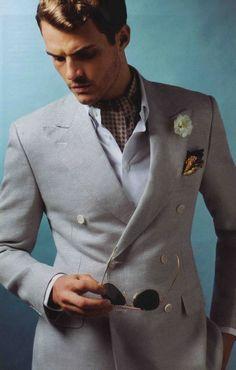 Veste sport grise croisée en lin Canali Chemise blanche « button-down » Cifonelli Pantalon en coton marron Paul Smith Foulard en soie beige, bleu et marron Prada Mouchoir Mariano Rubinacci: