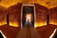 El sol del amanecer penetra 60 metros hasta el interior del templo de Abu Simbel llegando a iluminar las estatuas de Ramsés y de los dioses situados en la capilla del templo.     Antes del traslado del templo de Abu Simbel, este efecto se producía el 21 de Febrero y el 21 de Octubre.  Al trasladar el templo para salvarlo de las aguas, se consiguió reproducir el mismo efecto  un día más tarde.  El 22 de febrero y el 22 de octubre son el gran día.