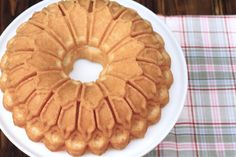 Cornstarch Bundt Cake, Uno de los bundts mas suaves que he probado...horneado en el Stained Glass Pan