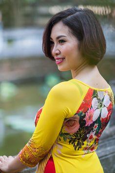 Beautiful Asian Vietnamese Women Ming in Yellow Design Traditional Long Dress! Asian Woman, Asian Girl, Asian Ladies, Girl Korea, Ageless Beauty, Beautiful Asian Women, Ao Dai, Japanese Girl, Asian Beauty