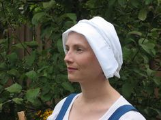 Matilda la Zouche Late 15th centurystyle linen coif with the kirtle. It is contructed like a bonnet with a turned backfront edge, and two tailswhich are brought up and around the head and then tied again in the back. A similar coif is shown below in a detail from the MS Douce 195 Romance of the Rose Manuscript. The coif is very simple to construct being made from one piece of linen cut on the fold with aclean selvage edge in front.