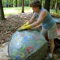 Read my first post about the beginning of this project here . The construction of the field of spheres was spread over a week because of t… - Alles über den Garten Cement Art, Concrete Crafts, Concrete Art, Concrete Garden, Concrete Projects, Outdoor Projects, Outdoor Decor, Garden Spheres, Garden Balls
