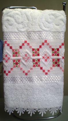 Marca: Karsten, 99% algodão e 1% viscose  Medida: 33 x 50cm  Cor: branca (melina)  Trabalho: ponto reto e crivo  O trabalho pode ser feito na cor que o cliente desejat  Cores de toalhas disponíveis;branca e creme