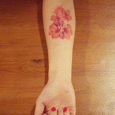 : 제가 좋아서 다시 올리는 작업-7  제 작업 중에 제일 많이 보여진 작업 같습니다. 주인 잘 만나서 보존도 잘 된 꽃.  #tattoo #tattooing #tattooistdoy #flower #flowertattoo #drawing #design #sketch #illust #타투 #타투이스트도이 #그림 #꽃
