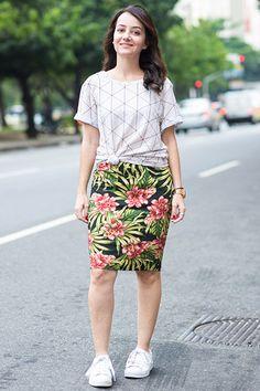 Look casual de saia lápis, com mix de estampas e tênis branco. Perfeito pro verão!