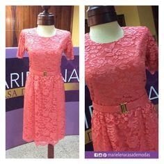 Vestido y cinturón de randa en tono coral fue el diseño seleccionado por la Sra. Jenny de Aguirre