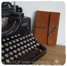 Notitieboek met handgemaakte kaft van heerlijk soepel suède en een sluitkoord van contrasterend leer. Verkocht. info@schrijf-boek-winkel.nl