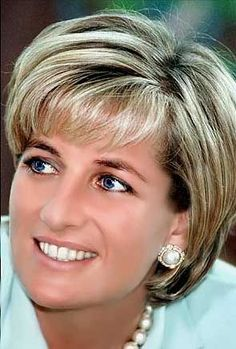 Princess Diana---Former Princess of Wales and Global Advocate---This woman right here is my greatest idol. She was the epitome of grace and elegance. A true humanitarian grounded by life. Princess Diana Hair, Princess Diana Photos, Princess Diana Fashion, Diana Haircut, Short Hair Cuts, Short Hair Styles, Lady Diana Spencer, Adele, Divas