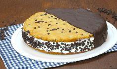 INGREDIENTI  400g di farina 150g di zucchero 150g di burro 2 uova gocce di cioccolato  Per la crema: 400m di panna montata 180g di latte condensato gocce di cioccolato q.b.  PREPARAZIONE Formate l'impasto per i due dischi di biscotto amalgamando la farina con lo zucchero, il burro e le uova. Aggiungete le gocce di cioccolato e fate riposare il panetto in frigorifero per circa 30 minuti. Successivamente dividete i il panetto in due e cuocete i due dischi per circa 30 minuti a 180°. Se desi...