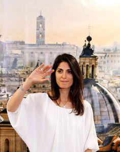 Virginia Raggi, 37 ans, candidate populiste du Mouvement 5 Etoiles, a été élue maire de Rome dimanche, une première pour une femme. A Turin, c'est une autre novice du MS5, Chiara Appendino, 31 ans, qui a pris les commandes de la ville.