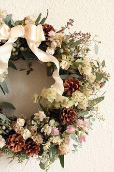 jolie decoration sur la porte d entree avec couronne de noël