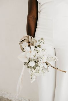 Modern minimal white wedding inspiration in Austin, Texas. This minimalistic wedding editorial took place at Lincoln Chapel and focused on modern and clean design inspiration to create a truly unique and inspired wedding. Wedding Flower Design, Modern Wedding Flowers, Modern Wedding Inspiration, White Wedding Bouquets, Design Inspiration, Modern Minimalist Wedding, Minimal Wedding, White Bridal, Wedding Styles