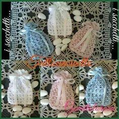 Lavorati all'uncinetto con makò egiziano 100% cotone bianco/celeste/rosa. Misura: largh cm.8 x h cm.11 Cod - 055
