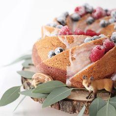 """Und noch ein Bild von der Taufe - der Marmorkuchen mit """"gefrorenen"""" Beeren und Waldtieren. Ich habe mich doch davon abbringen lassen noch eine Torte selbst zu machen und könnte nicht zufriedener sein mit diesem simplem und mit ein paar Handgriffen doch so besonderen Kuchen. Und geschmeidig mit hat er - besonders den Kindern.  _____________________________________________  #cake #marblecake #marmorkuchen #nordicware #baking #schleich #eucalyptus #taufe #backen"""