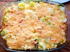 Prei met ham en kaas uit de oven. Dit gerecht is makkelijk en te maken. Met de heerlijke verse ingrediënten wordt deze preischotel heerlijk.