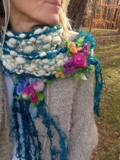 RESERVIERT für Joanne - bitte nicht kaufen Sie, es sei denn, Sie ihr - danke sind  die Blumen versammelten sich um sie... scheinbar aus den glitzernden Schnee erscheinen   Handgestrickt aus einer weichen und geschwollene handgesponnene Wolle Kunst Garn - geschwollene und mit Petrol glitzernden Fäden im ganzen. handgesponnene Wolle locken Kunst Garn in tiefes Blaugrün an jeder Kante sowie langen Fransen   verziert mit glitzernden Nadel gefilzt Blumen  Maßnahmen ~ 70/ 1,9 m lange lange genug…