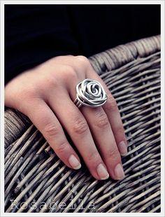 vor einiger Zeit habe ich eine Anleitung im Internet entdeckt, nach der man richtig schöne Rosenringe aus Draht fertigen kann (wen es in... Wire Rings, Steel Jewelry, Wire Wrapping, Diy And Crafts, Rings For Men, Handmade Jewelry, Silver Rings, Jewelry Design, Jewelry Making