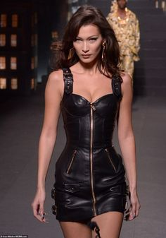 Bella Hadid sizzles in leather mini-dress on Moschino X H&M catwalk Zipped up: Bella strutted down the runway all zipped up… Trend Fashion, Look Fashion, Runway Fashion, High Fashion, Fashion Show, Fashion Bella, Versace Fashion, Dubai Fashion, Fashion Videos