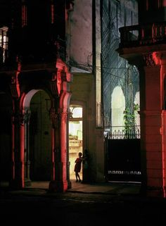 Michael Eastman, Woman in Doorway , Havana, 1999 ©Michael Eastman/Courtesy of Edwynn Houk Gallery, New York