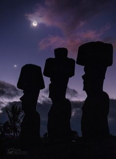 The moon, planet Venus and giants of Easter Island, by Yuri Beletsky Nightscapes./A wonderful capture of this weekend's view of the moon and planet Venus, with the famous iconic statues of Easter Island. Ufo, Easter History, Nature Story, Polynesian Islands, Today Images, Easter Island, Evening Sky, To Infinity And Beyond, Space Travel