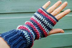 . Crochet Mitts, Crochet Gloves, Crochet Scarves, Knit Crochet, Free Crochet, Crochet Hooks, Wrist Warmers, Hand Warmers, Crochet Crafts